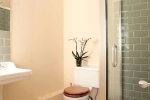 Garden Cottage - spacious bathrooms